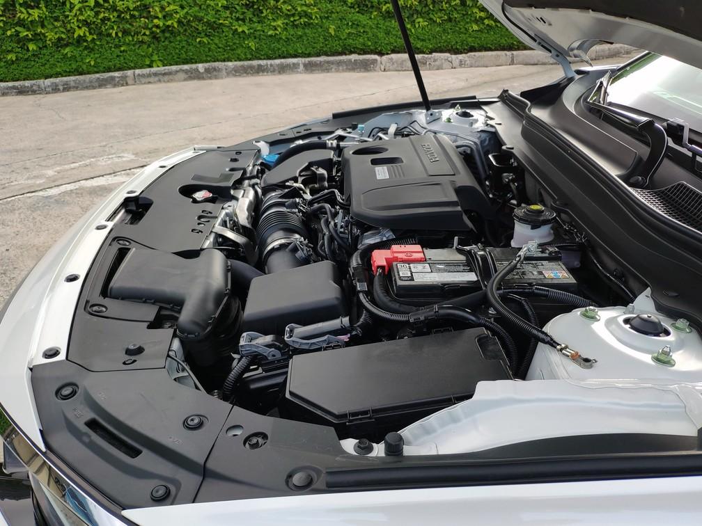 Motor 2.0 do Honda Accord fica pequeno dentro do grande cofre — Foto: André Paixão/G1