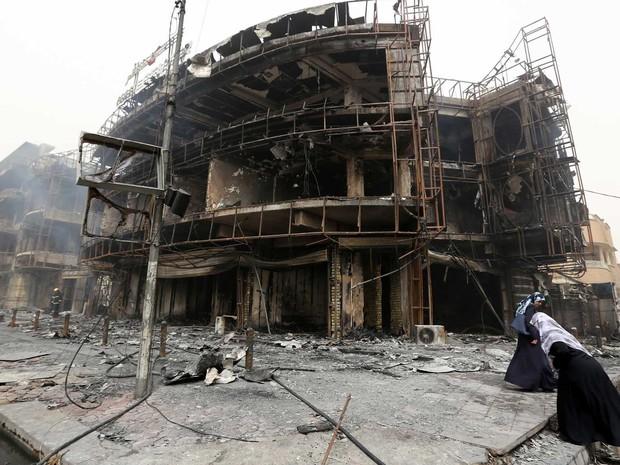 Edifício danificado no local de um atentado suicida reivindicado pelo grupo Estado Islâmico (Foto: Sabah Arar / AFP Photo)