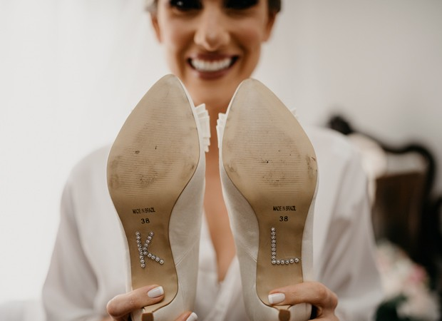 Karina Dohme mostra sapatos personalizados com inicias dela e do nivo (Foto: Marcos Misturini)