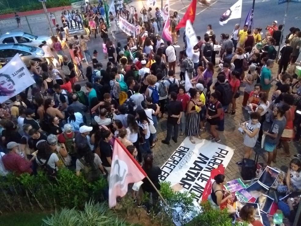 Ato reuniiu centenas de pessoas para cobrar esclarecimentos sobre o assassinato de Marielle Franco e prestar homenagens — Foto: Acson Freitas/Inter TV Cabugi