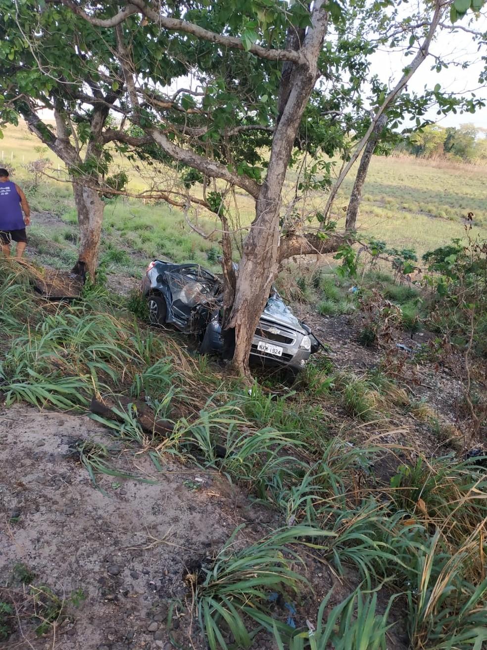 Veículo bate em árvore e deixa tio e sobrinho mortos na BR-222 — Foto: Divulgação/Polícia Rodoviária Federal
