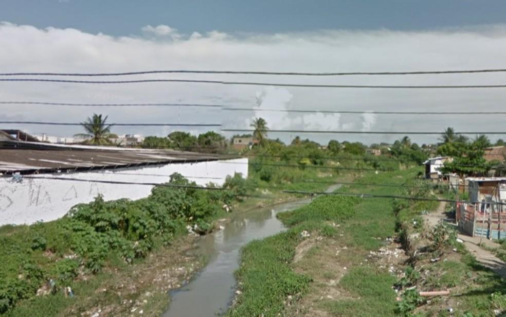 Corpo de homem morto a tiros foi resgatado no Rio Beberibe, que corta bairros da Zona Norte e do Centro do Recife — Foto: Reprodução/Google Street View
