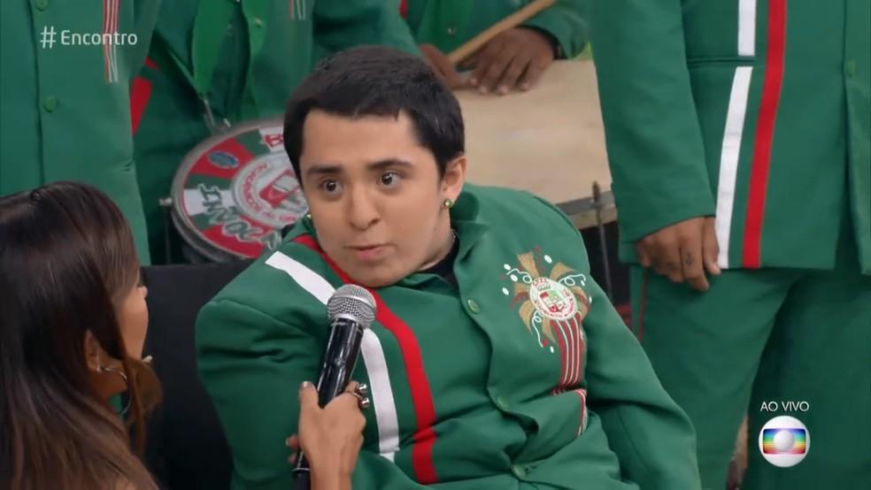 Felipe Correa toca chocalho na bateria da Grande Rio — Foto: TV Globo