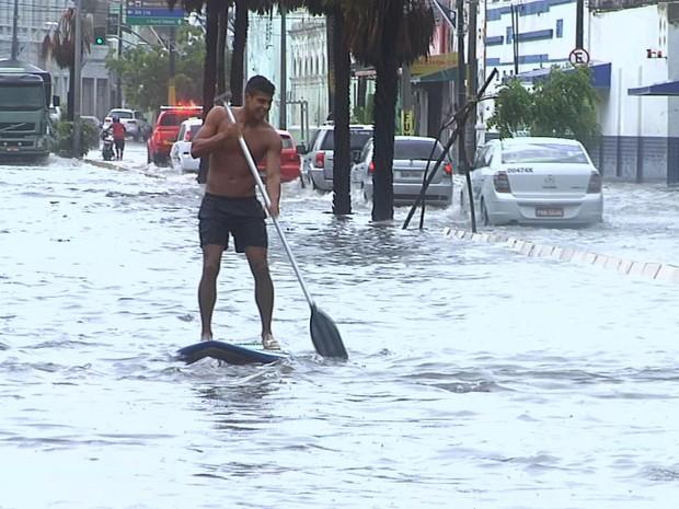 Chuva alaga ruas de Fortaleza (Foto: TV Verdes Mares/Reprodução)