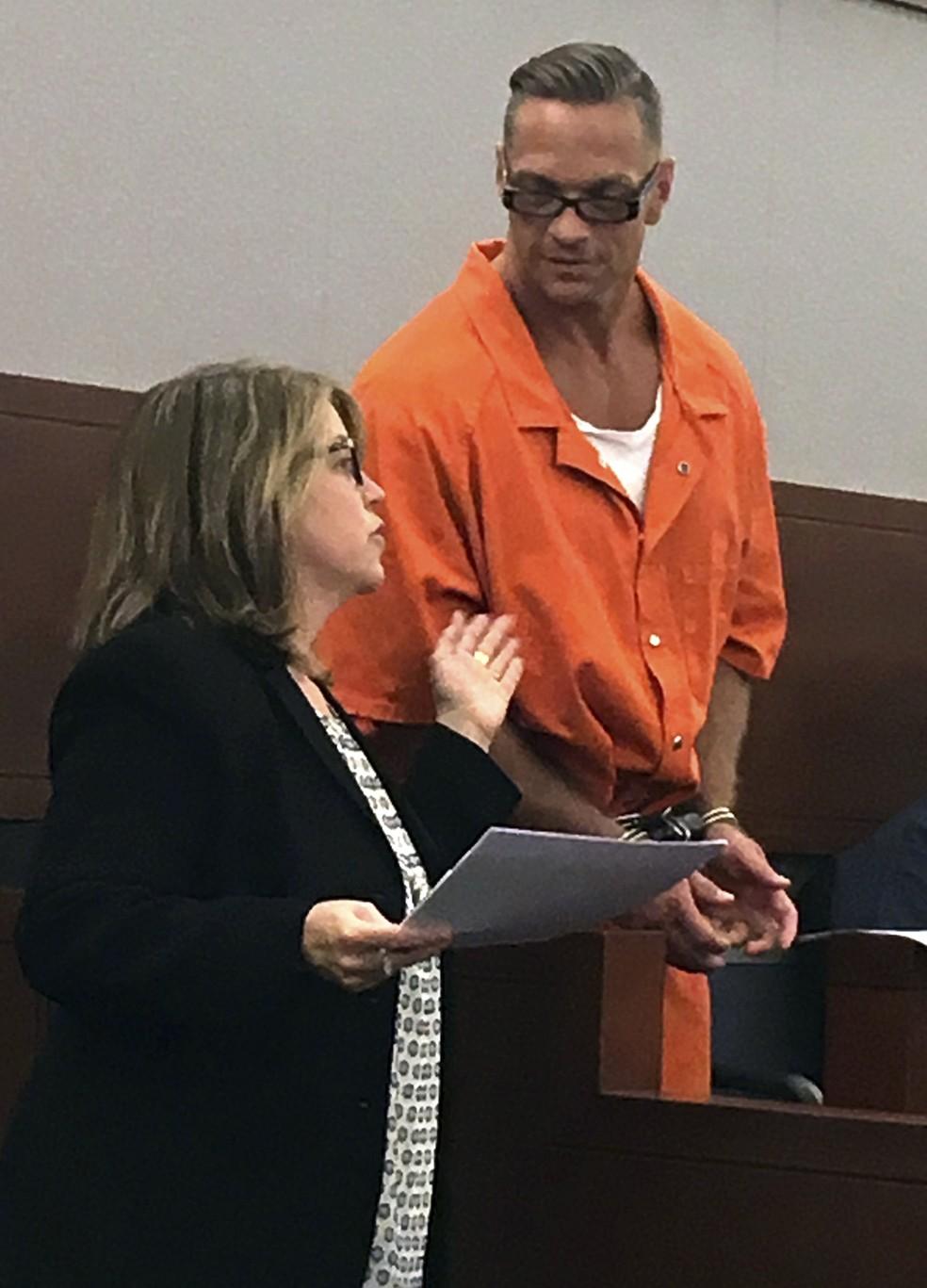 - Scott Dozier comparece a audiência em Las Vegas, em agosto de 2017, ao lado de advogada que o defende Foto: Ken Ritter/AP Photo