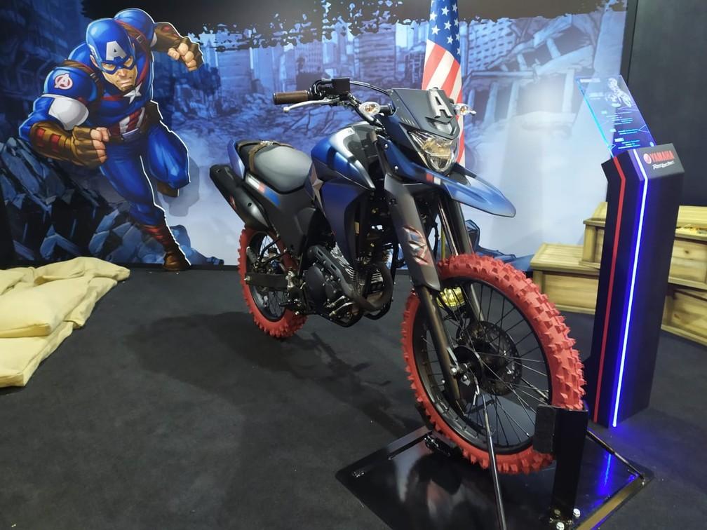 Yamaha Lander 250 inspirada no Capitão América — Foto: Guilherme Fontana/G1