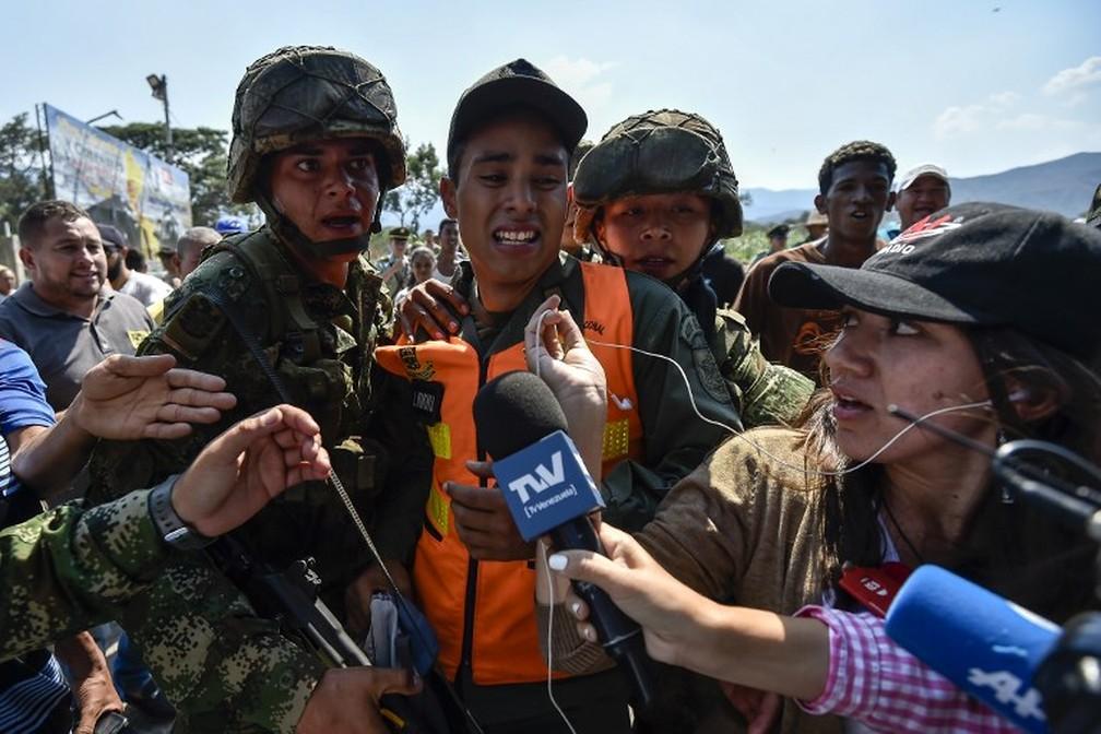 Militar venezuelano fala a jornalistas após desertar para a Colômbia — Foto: Luis Robayo/AFP