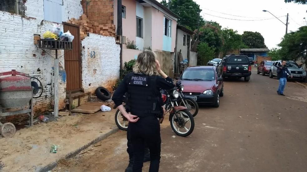 Os policiais também apreenderam drogas, objetos furtados, dinheiro e mercadorias contrabandeadas do Paraguai — Foto: Fernando Lopes/RPC