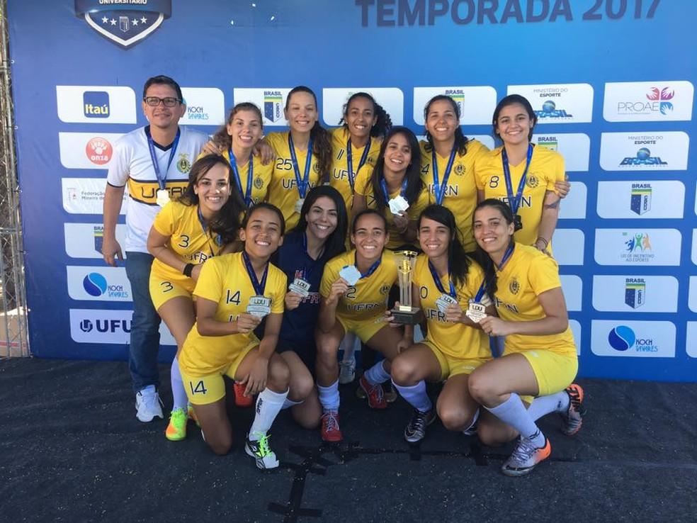 Helder Moura comemora empenho das meninas da UFRN na conquista da medalha de prata (Foto: Divulgação)