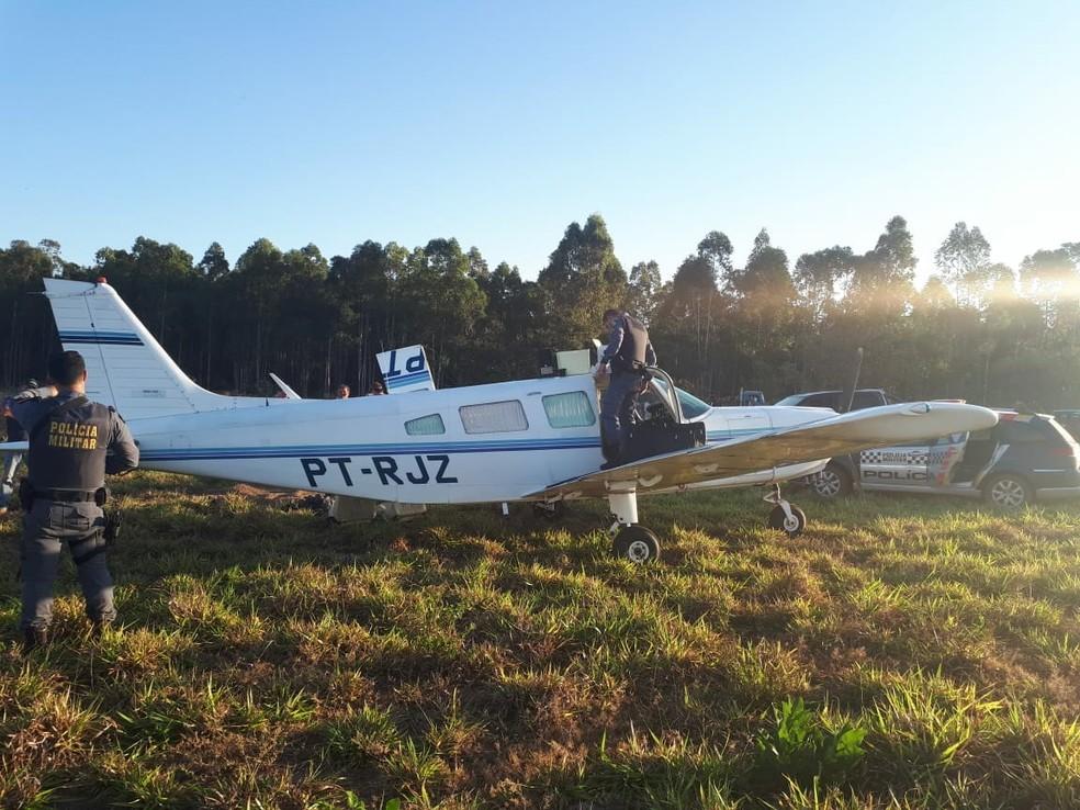 Avião com 150 kg de maconha faz pouso forçado em fazenda, piloto alega que foi sequestrado e é preso em Jaciara (Foto: Polícia Militar de MT)