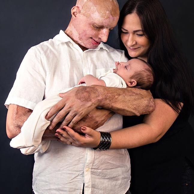 Daniel, Anna e o filho do casal (Foto: Reprodução Facebook)