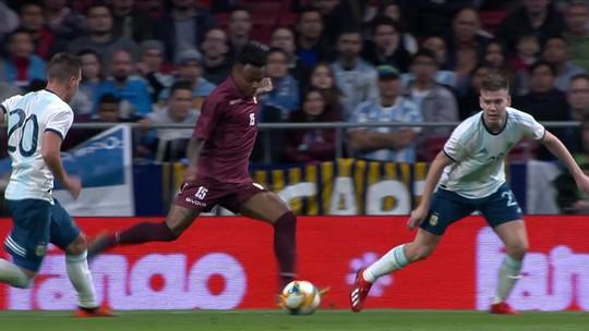 Gol de pelada: Venezuela bate falta rapidinho, com a bola rolando, e marca diante da Argentina