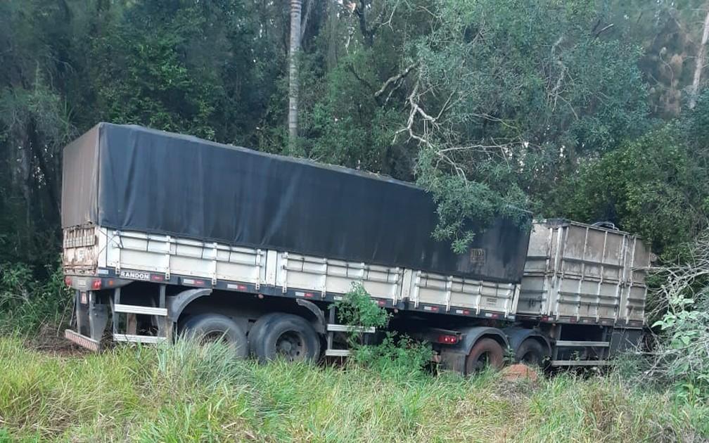 Motorista morre em acidente entre carreta e ônibus rural na Rodovia Francisco Alves Negrão — Foto: Arquivo Pessoal