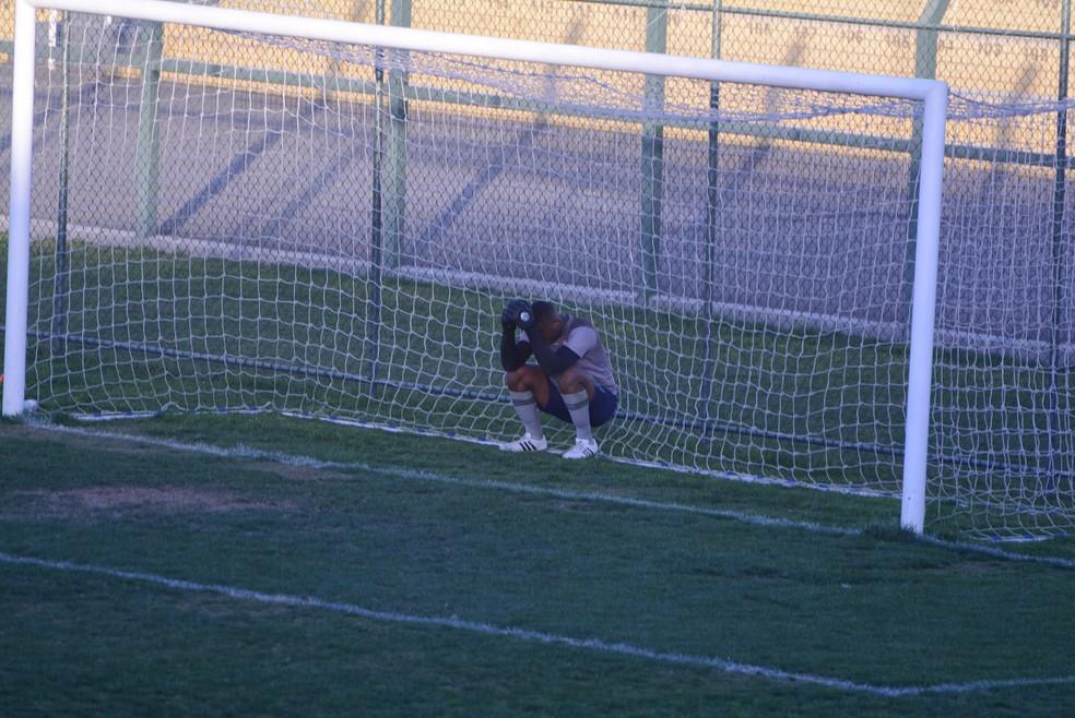 Vitor lamenta falha no gol de empate do Mauaense (Foto: Cairo Oliveira)