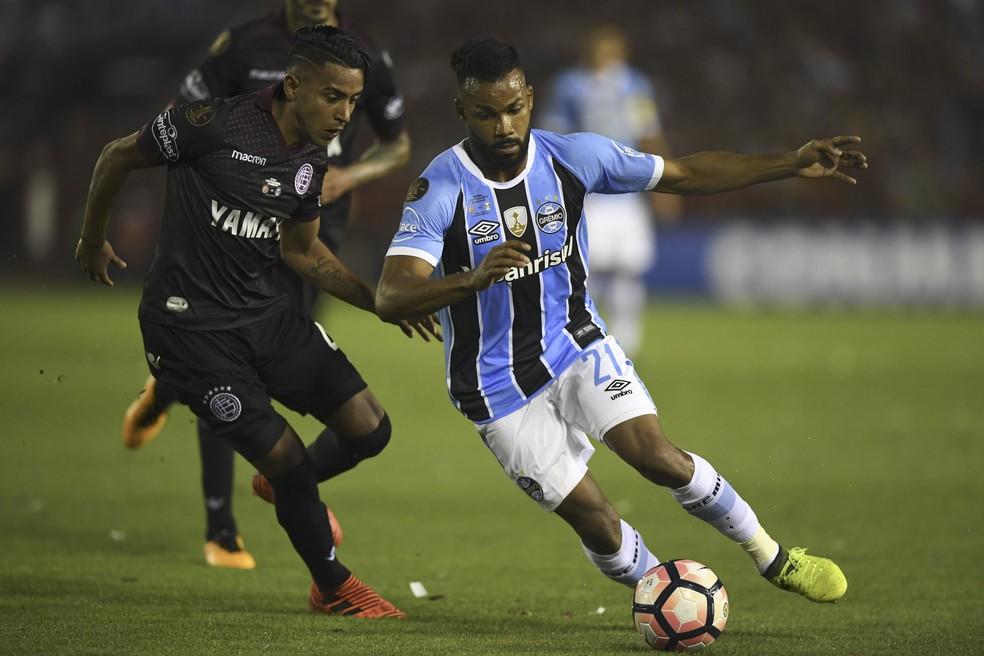 Fernandinho se destacou na final da Libertadores (Foto: AFP)