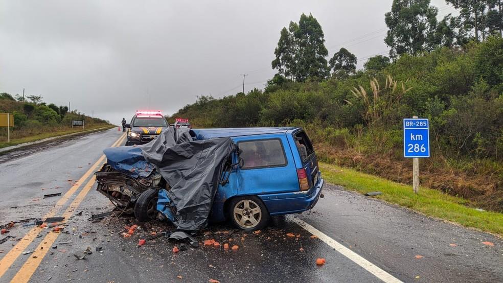 Colisão deixou duas pessoas mortas — Foto: Juliano Castro / RBS TV
