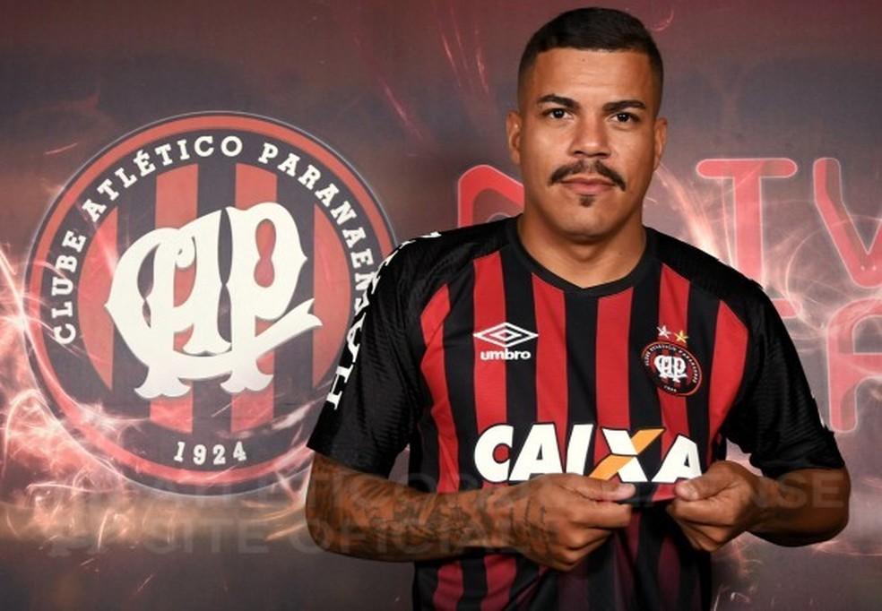... Agora é oficial  Carleto tem contrato de dois anos com o Atlético-PR — 95972b56a841d