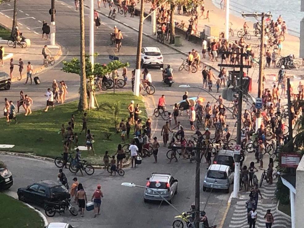 Roubo a carro dos Correios causou pânico e correria em praia de São Vicente, SP — Foto: Arquivo pessoal