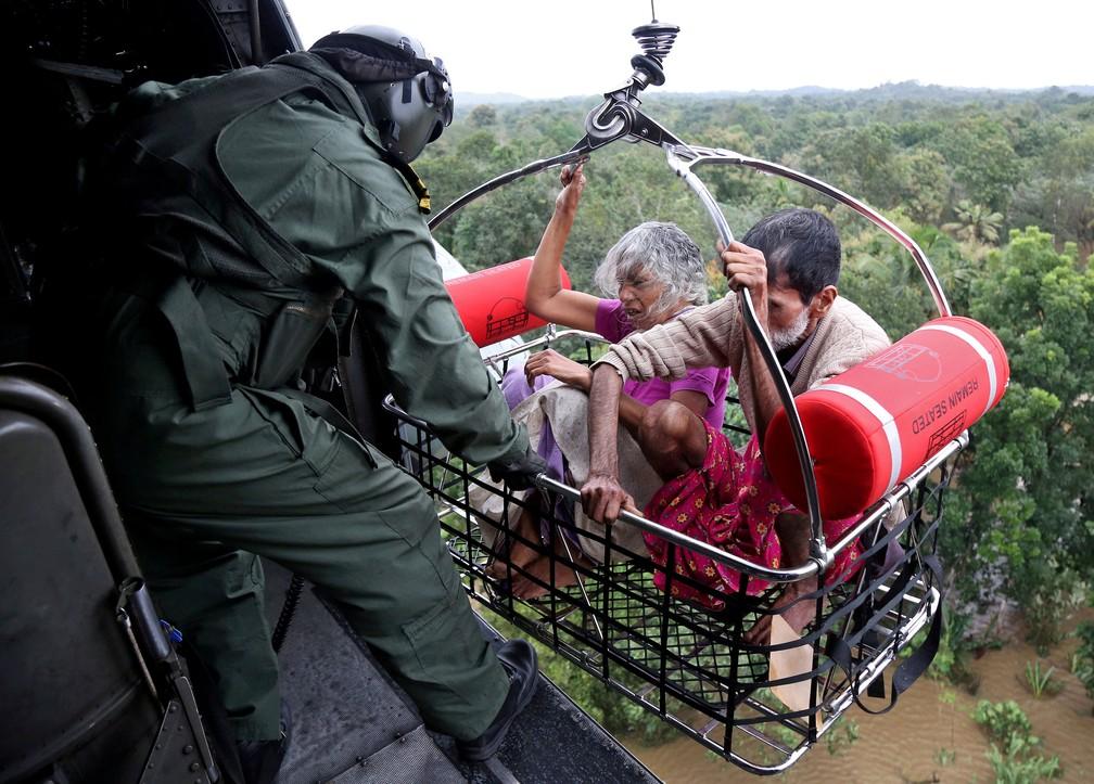 Soldados da Marinha Indiana participam de operação de resgate em uma área inundada em Kerala, na Índia, nesta sexta-feira (17)  (Foto: Sivaram V/ Reuters)