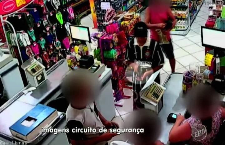 Vídeo mostra suspeito de levar criança em fuga após assalto a supermercado de Campinas