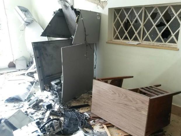 Caixa ficou destruída após explosão no prédio do DER (Foto: Lucas Cerejo/ TV TEM)