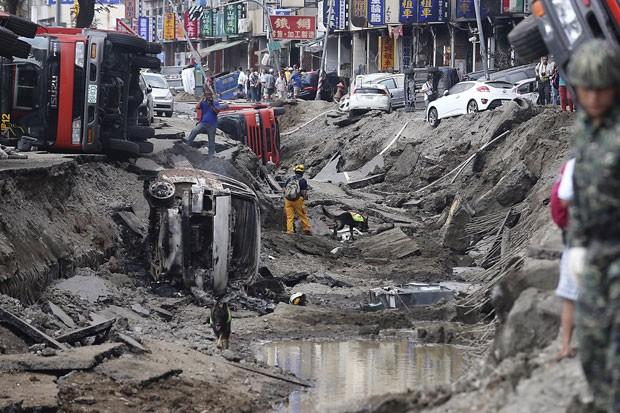 Bombeiros usam cães de busca na cratera aberta pela explosão após vazamento de gás em Kaohsiung, no sul de Taiwan (Foto: Toby Chang/Reuters)