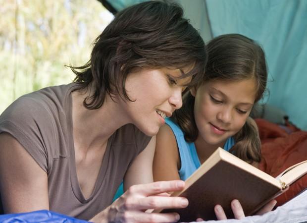 Mãe e filha lendo um livro (Foto: Thinkstock)