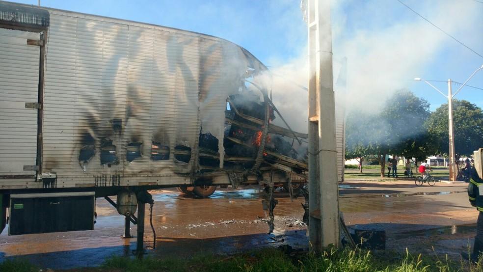 Baú de caminhão pegou fogo quando era carregado para mudança, em Luís Eduardo Magalhães, na Bahia (Foto:  Edivaldo Braga/ Blog do Braga)