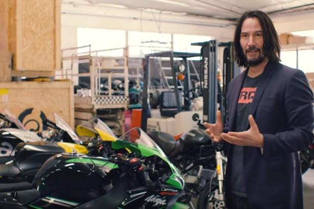Além de colecionar, ator também personaliza motos (Foto: Reprodução/YouTube)