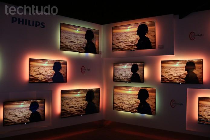 Tecnologia ambilight produz efeito agradável ao redor da TV (Foto: Fabrício Vitorino/TechTudo)