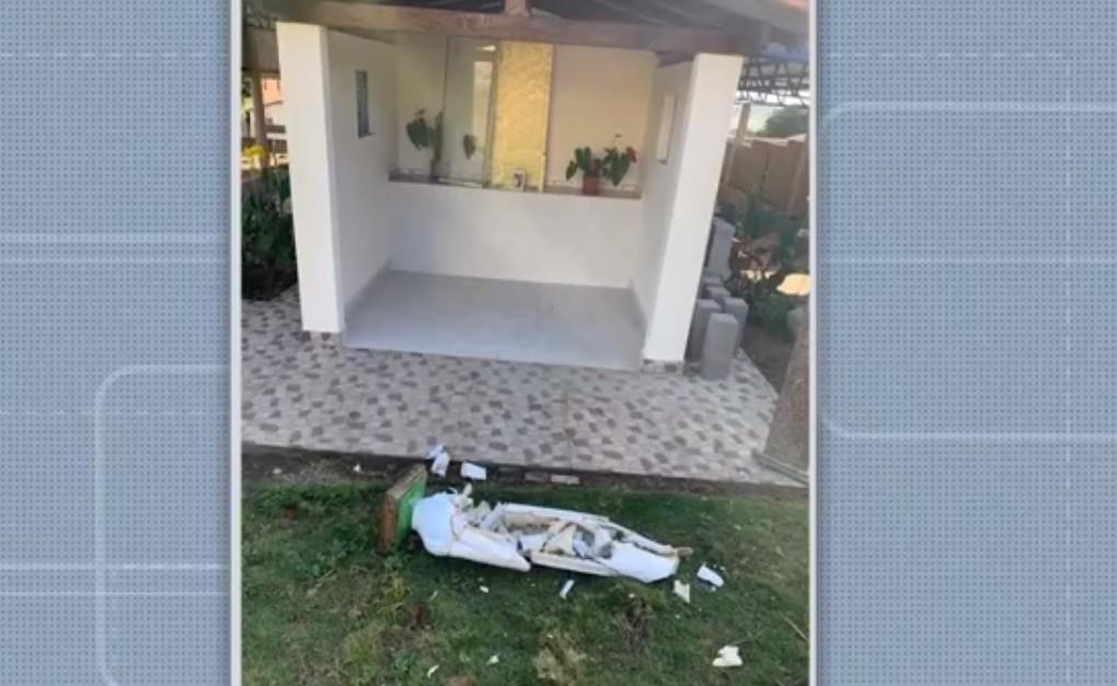 VÍDEO: Homem invade capela e destrói imagem de Nossa Senhora de Fátima em povoado no sul da BA
