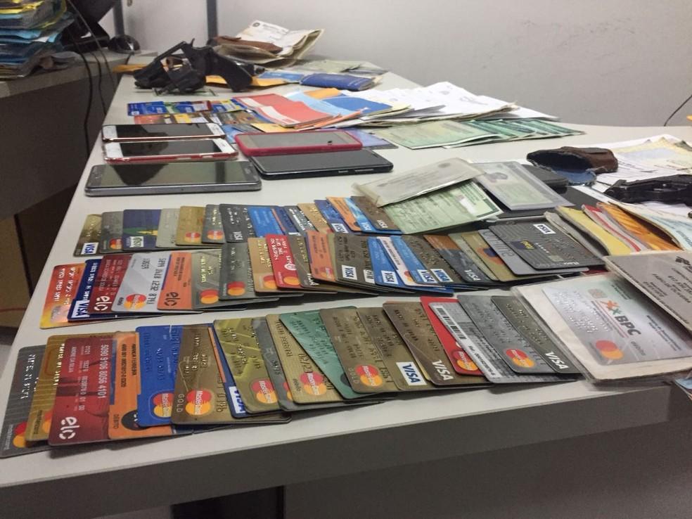 Com membros da quadrilha, PF do Piauí apreendeu dezenas de cartões (Foto: Kairo Amaral/TV Clube)