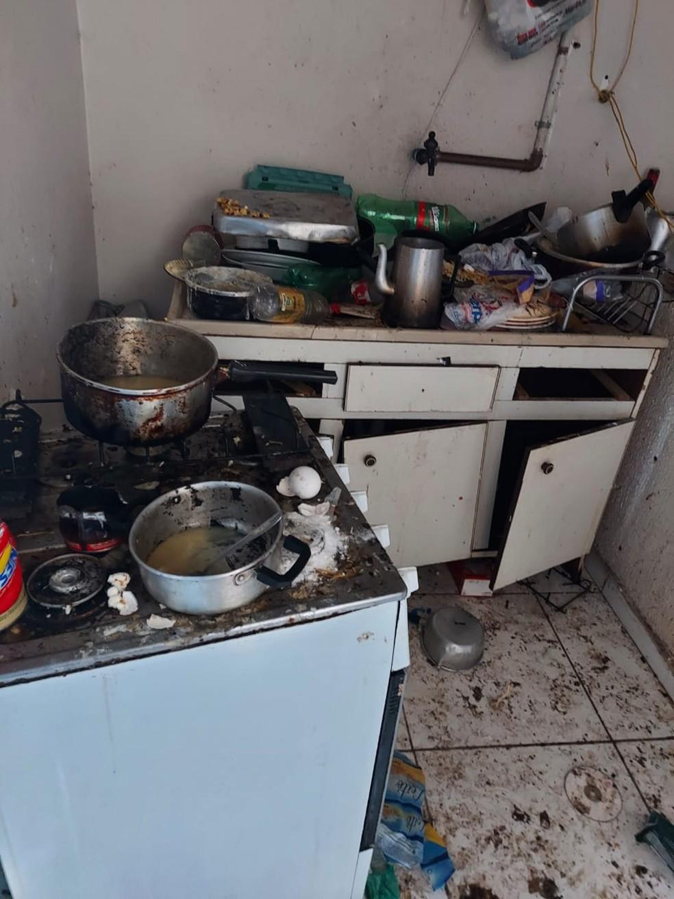 Haviam três crianças de nove, seis e quatros anos, além de um bebê, vivendo em meio à sujeira e ao lixo — Foto: Guarda Municipal