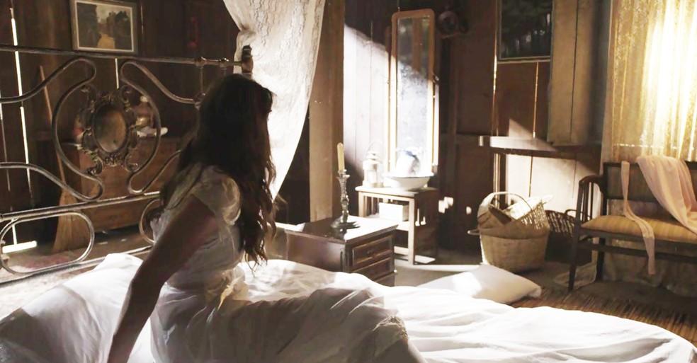 Ema acorda e não vê Ernesto ao seu lado (Foto: TV Globo)