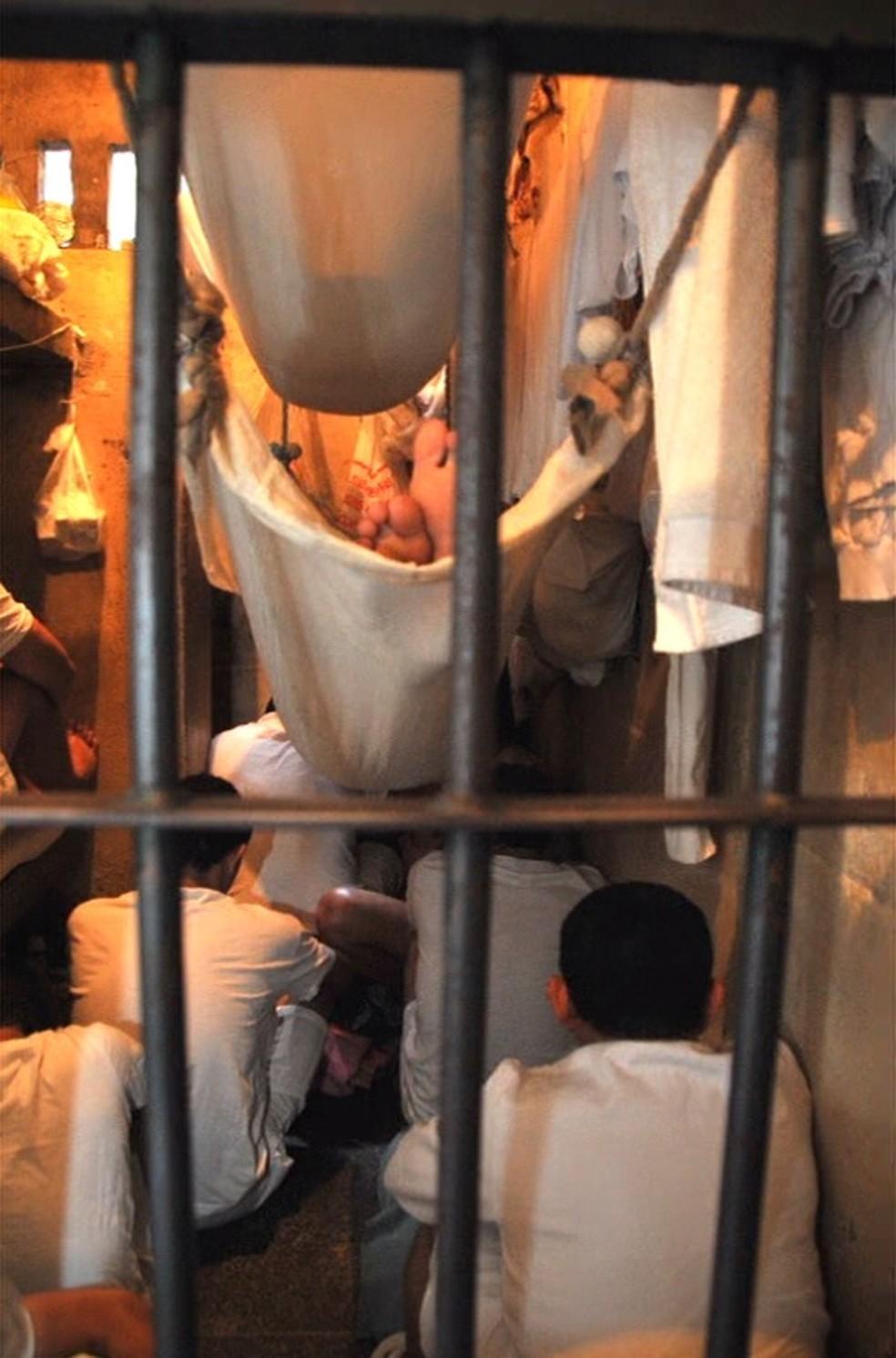 Detentos improvisam rede para não dormir no chão na Papuda — Foto: Ministério Público/Divulgação