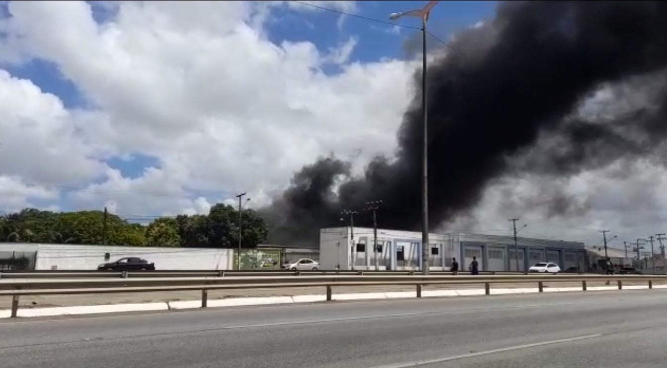 Incêndio destrói material e parte da estrutura de fábrica de borracha na BR-116, em Fortaleza; vídeo