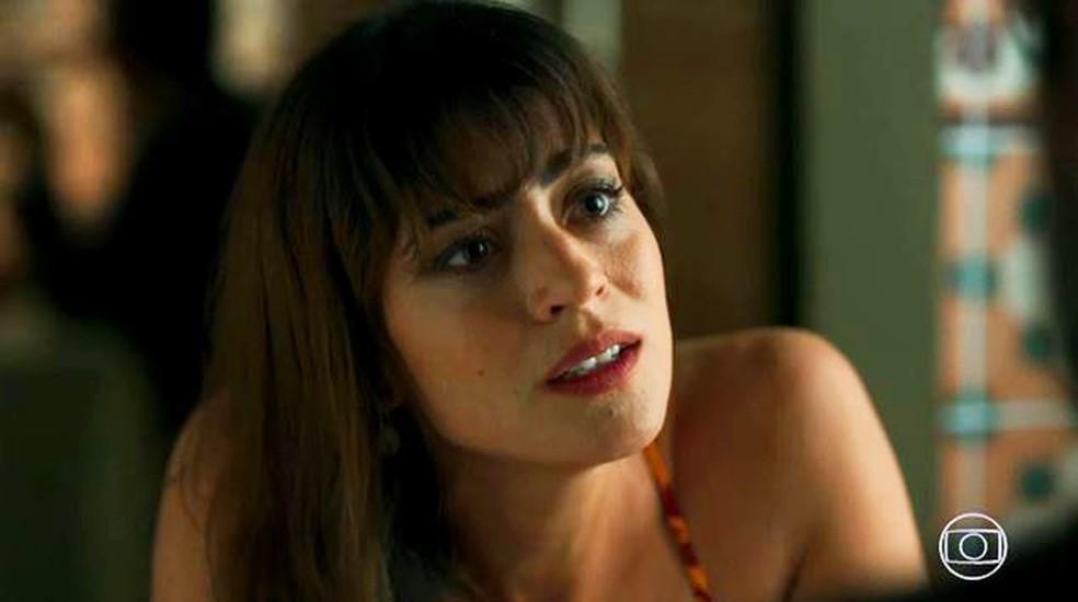 Helena (Carol Castro) diz a Hussein (Bruno Cabrerizo) que ele deve ir embora sem ela — Foto: Globo