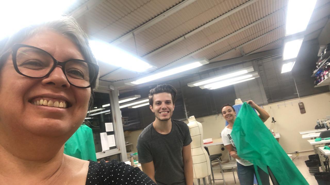 Voluntários produzem máscaras e aventais descartáveis para o Hospital Divina Providência em Porto Alegre