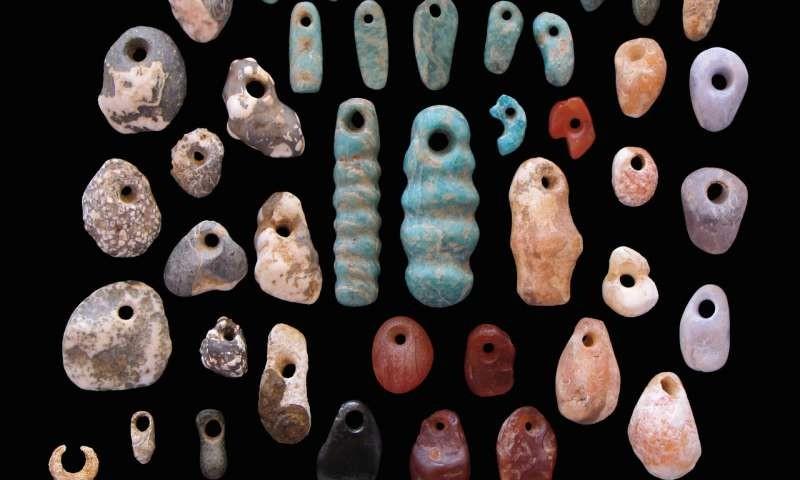 Pingentes e brincos de pedras enterrados junto aos corpos do cemitério na África (Foto: Katherine Grillo)