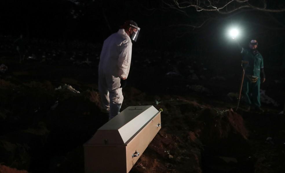 Enterro de vítima de coronavírus em São Paulo — Foto: REUTERS/Amanda Perobelli