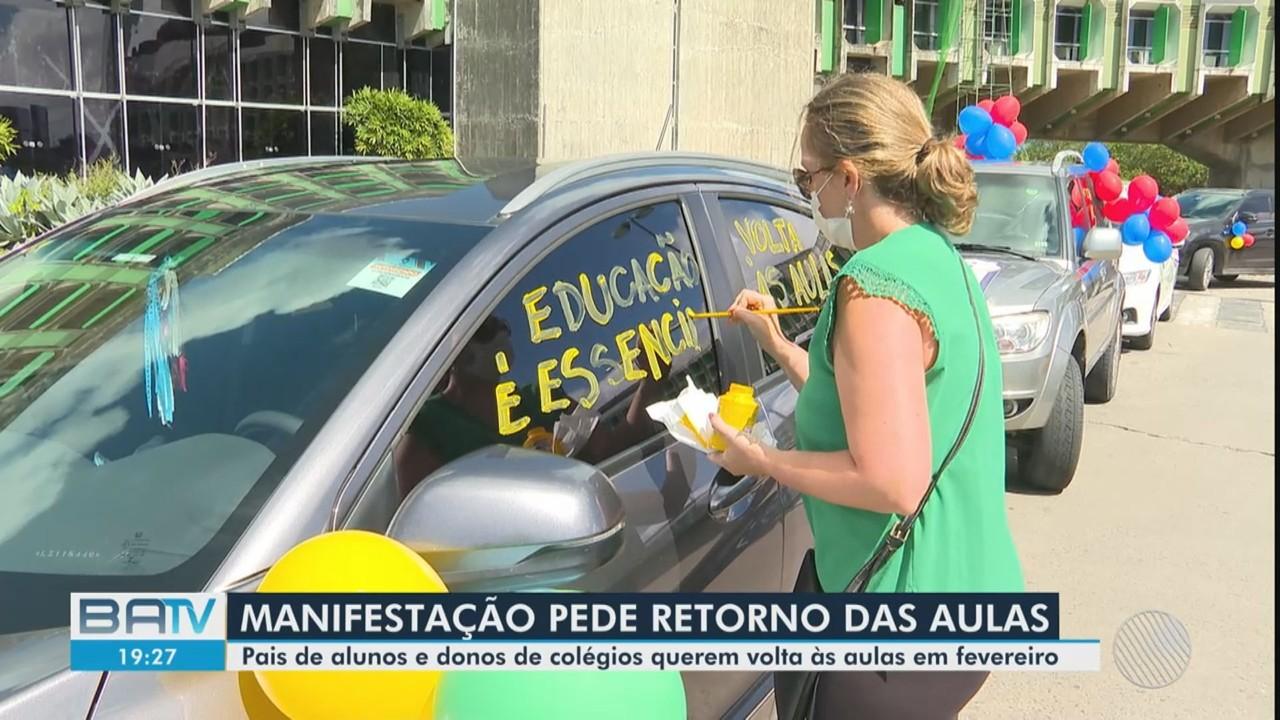 Pais de alunos protestam a favor da voltas às aulas em escolas particulares na Bahia