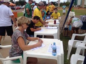 Grande Loja Maçônica de Porto Velho recolhe assinaturas na manifestação de Porto Velho, RO, na tarde de domingo (13). (Foto: Matheus Henrique/G1)