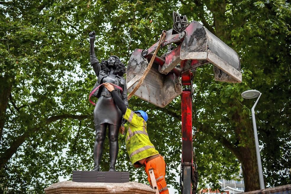 Estátua de Jen Reid é retirada do pedestal em Bristol, em 16 de julho de 2020 — Foto: Ben Birchall/AP