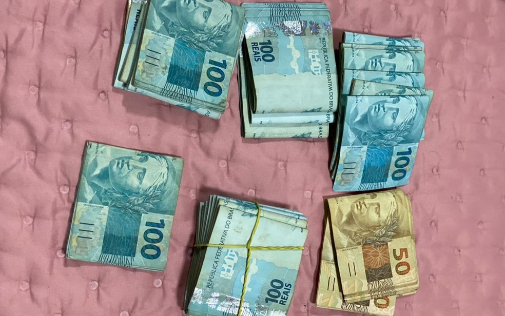 Parte dos R$ 80 mil em dinheiro apreendidos durante a operação — Foto: Polícia Civil/Divulgação