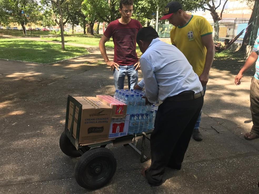 Grupo está recebendo doações de pessoas sensibilizadas com a situação.  — Foto: Lorena Linhares/G1
