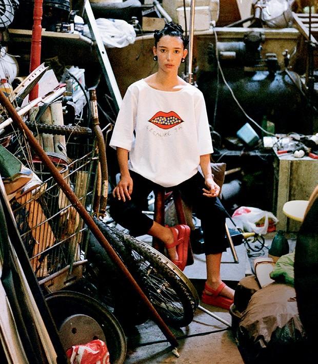 T-shirt (R$ 683), calça (R$ 700) e brincos (R$ 875) (Foto: Tinko Czetwertynski)