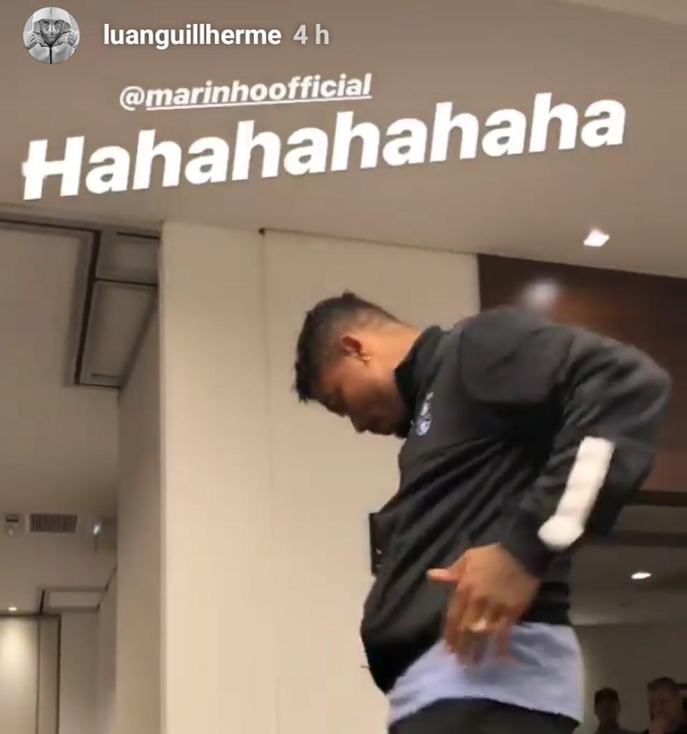 Meia-atacante precisou dançar em cima de uma cadeira diante dos companheiros (Foto: Reprodução / Instagram)