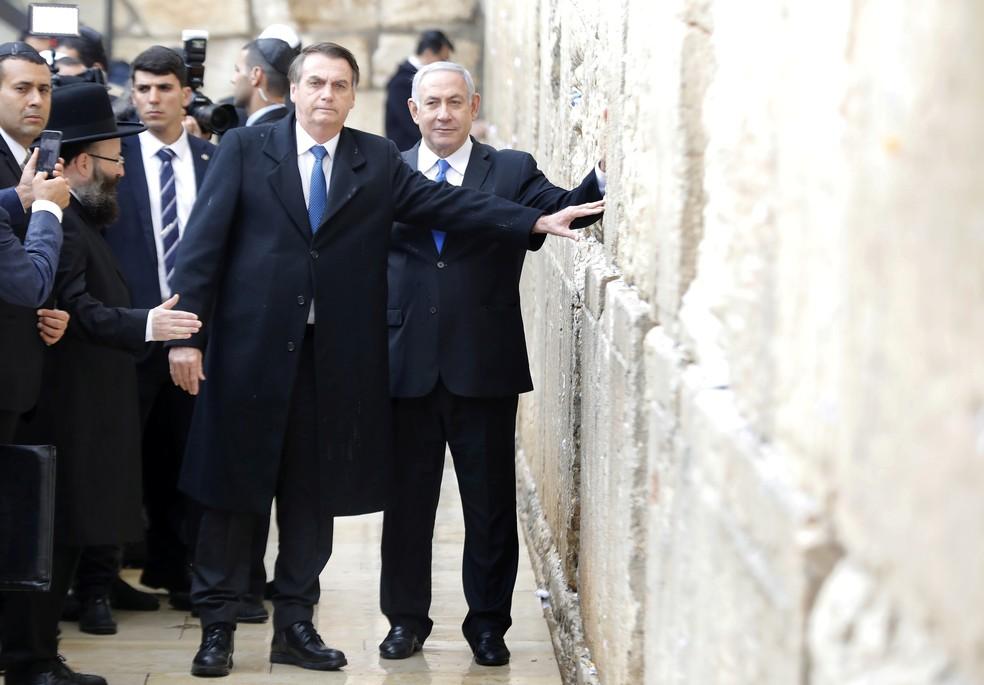 Bolsonaro posou para foto ao lado de Netanyahu no Muro das Lamentações — Foto: Menahem Kahana/Pool via REUTERS