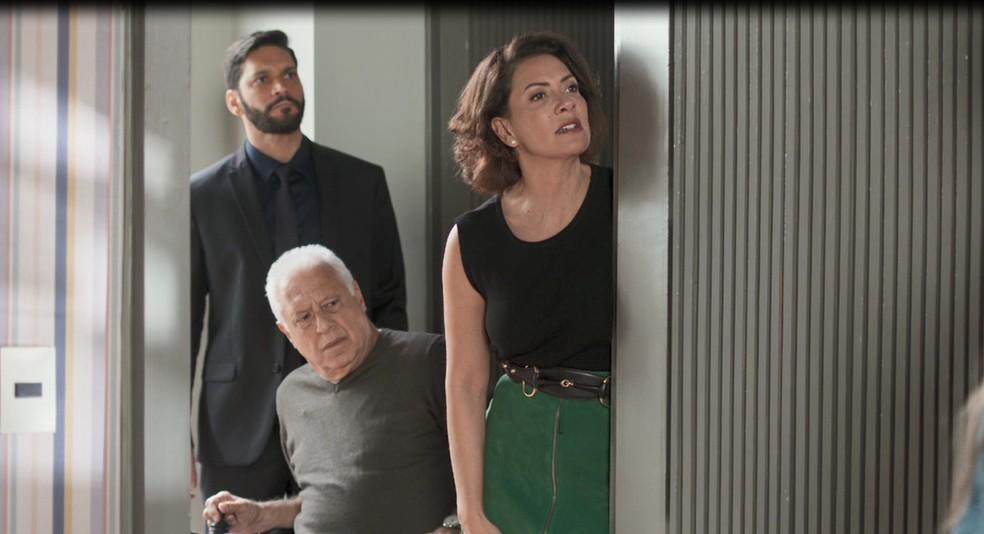 Diogo (Armando Babaioff), Alberto (Antonio Fagundes) e Nana (Fabiula Nascimento) vão atrás de Paloma (Grazi Massafera) para falar do sumiço do dinheiro em 'Bom Sucesso' — Foto: Globo