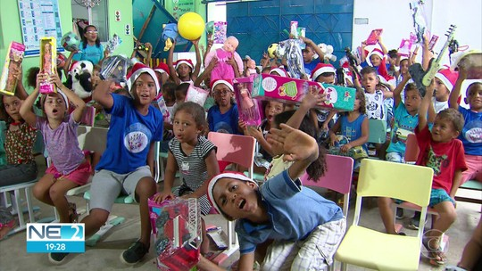 Crianças e jovens de centro de assistência social em Olinda recebem presentes da Árvore de Natal da Globo